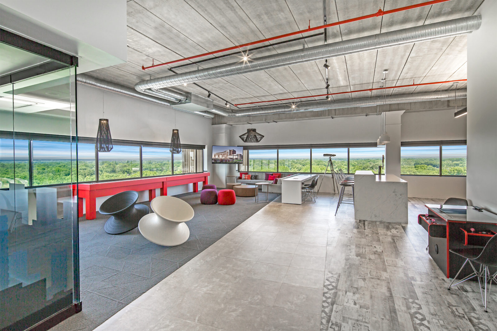 JLL Project Highlight: wide shot of large lounge area/breakroom